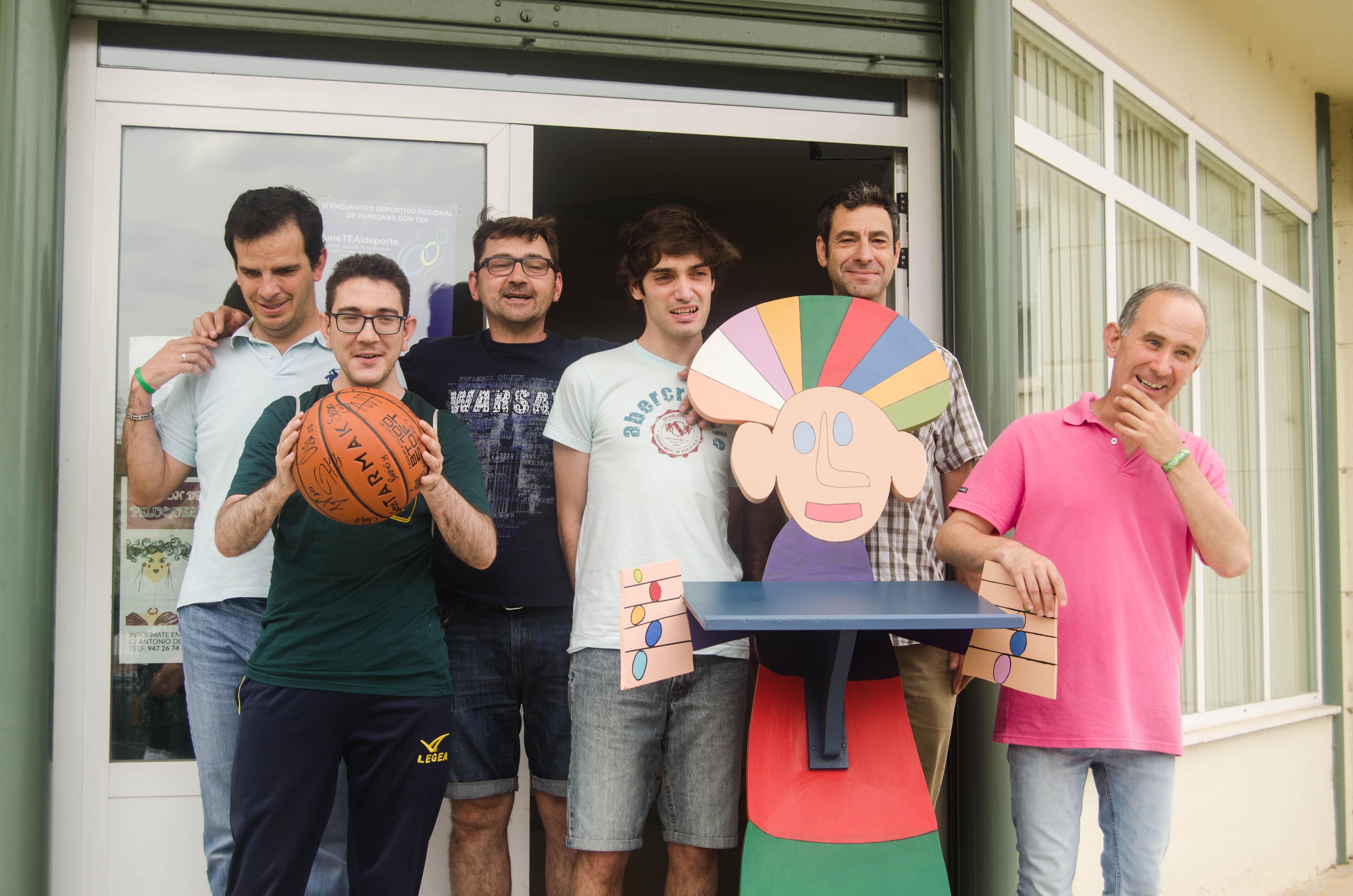 Recogida del balón firmado por los jugadores del San Pablo Burgos