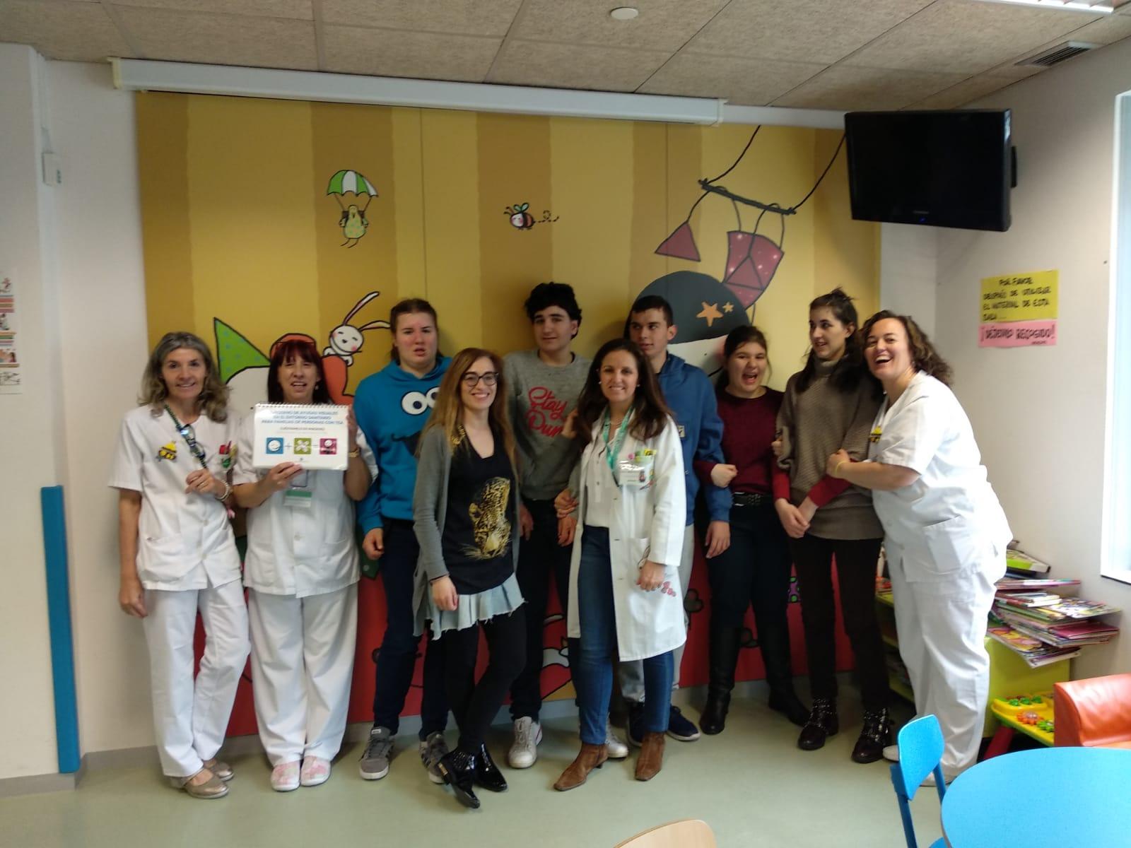Alumnos del El Alba han entregado material pictográfico de apoyo para las consultas del HUBU