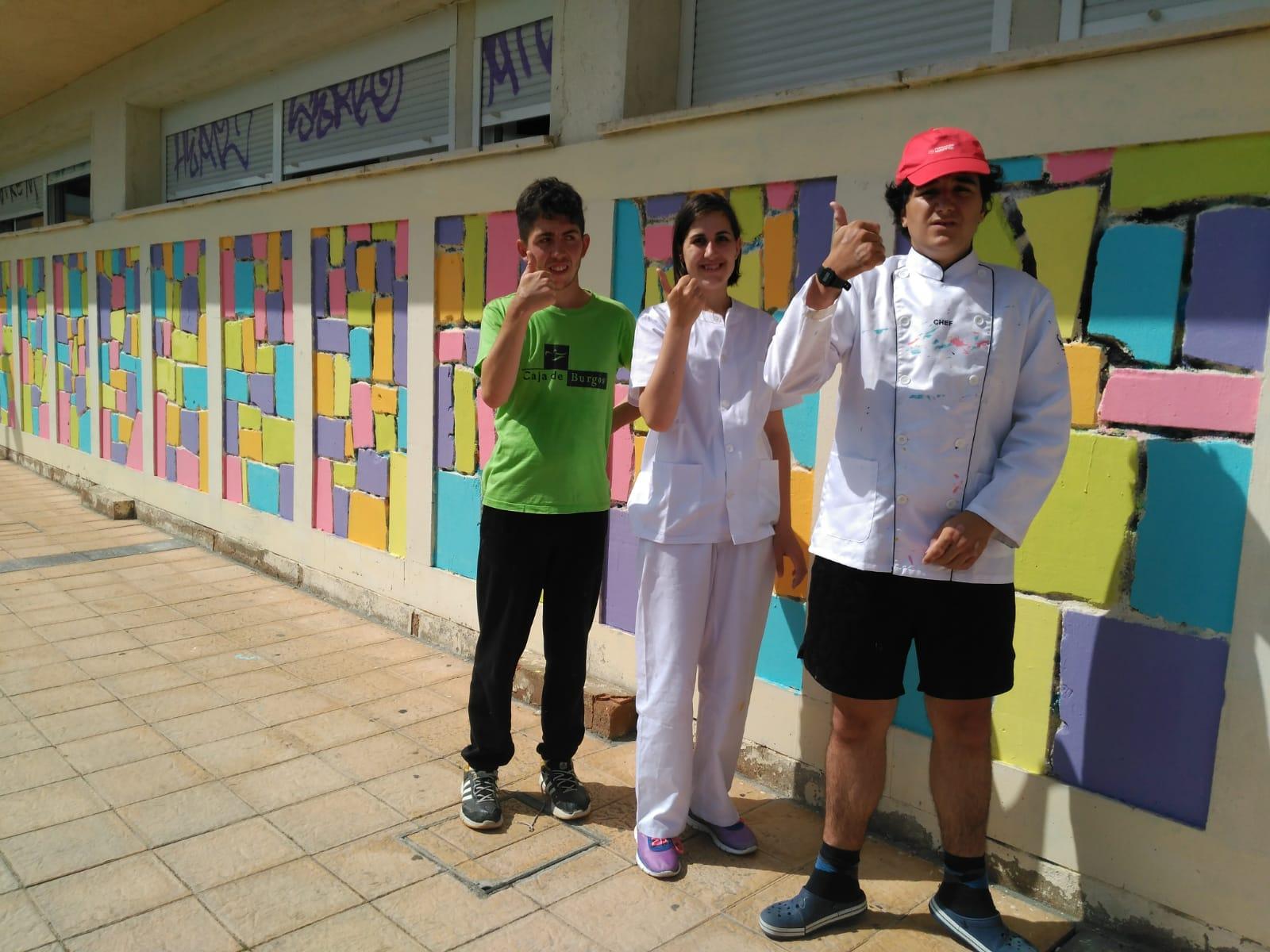 Padres y alumnos lavan la cara del colegio El Alba